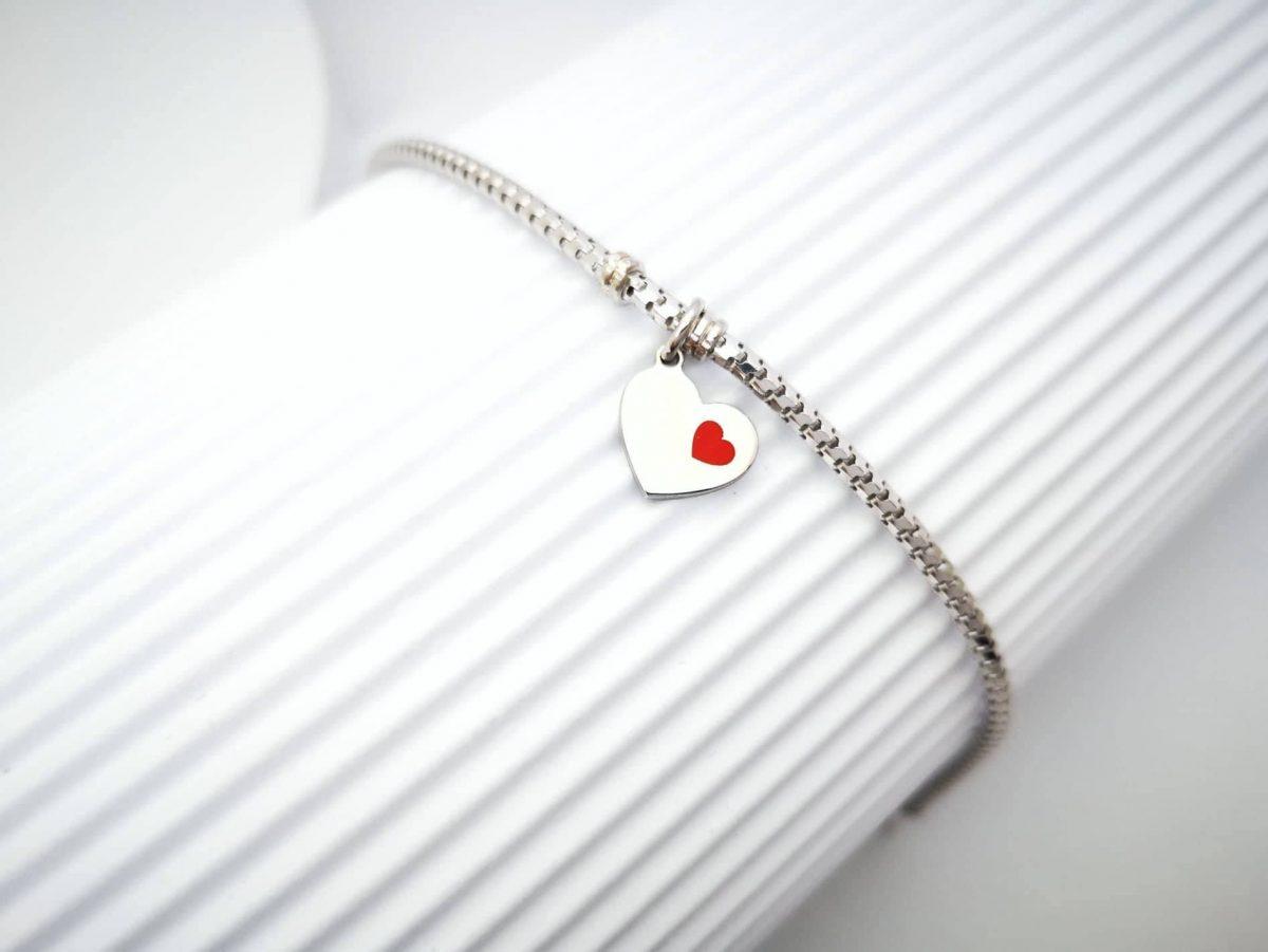 Srebrna narukvica crveno srce