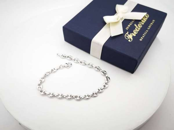 Srebrna narukvica Brodski lanac biti će savršen poklon za muškarca. Možete proslaviti i druge posebne prilike kao prijateljstvo. Nakit je divan i šarmantan dar za uspomenu