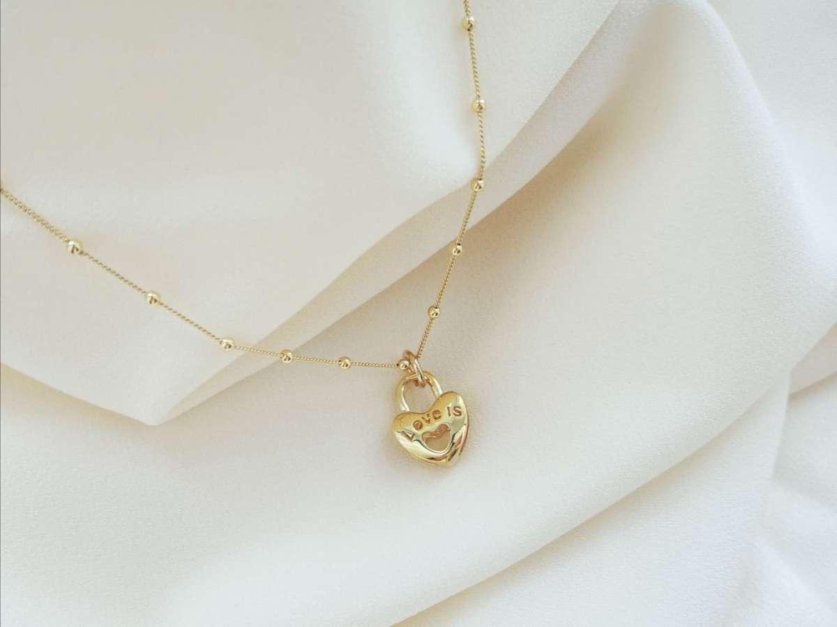 Srebrna ogrlica Love is